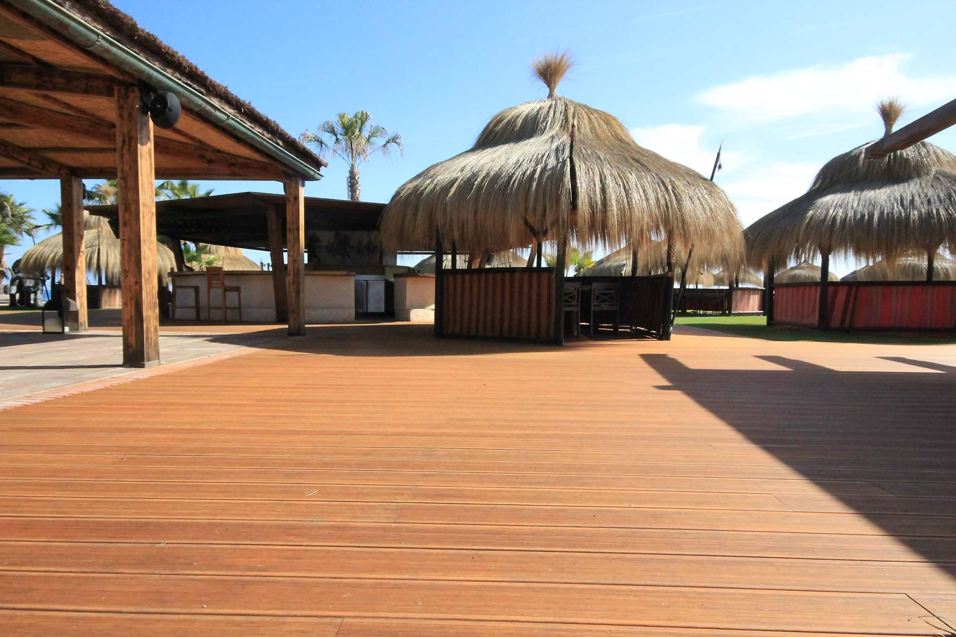 Tarima exterior bambu - chiringuito Trocadero por Parquet Astorga