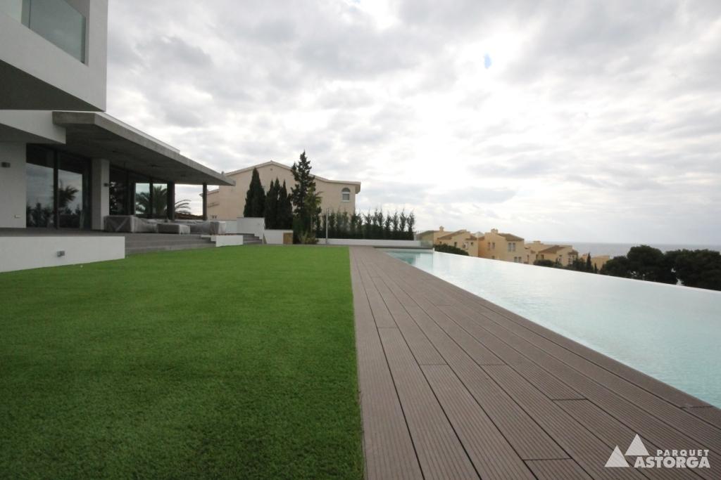 Tarima exterior y c sped artificial en piscinas - Cesped artificial piscinas ...