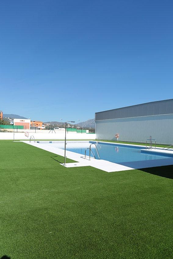 cesped artificial en piscinas